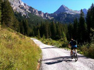 Człowiek jadący po górach rowerem